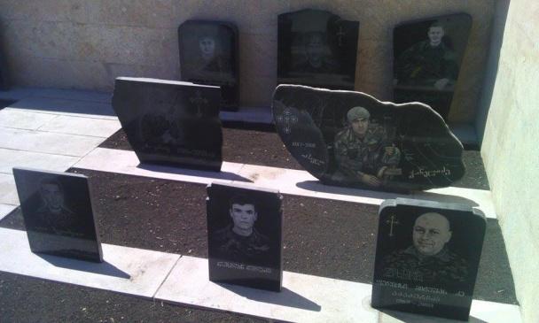 Меморіал 17 загиблим грузинським військовим у селищі Шіндісі