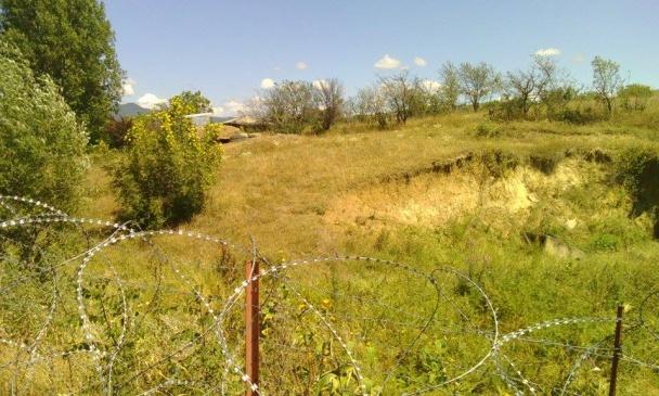 Огорожа з колючого дроту поблизу Хурвалеті